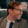 Ryan Hansen en el papel de Dennis