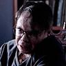 Tigre Haller en el papel de Christopher Dodd