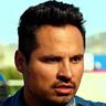 Michael Peña en el papel de Frank