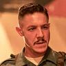 Theo Rossi en el papel de Burt Cummings
