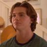 Joel Courtney en el papel de Lee Flynn