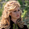 Katherine McNamara en el papel de Taylor Risdale