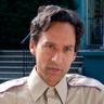 Danny Pudi en el papel de Miller