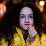 Chloe Coleman en el papel de Emily