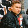 Finn Cole en el papel de Kearney