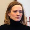 Louisa Krause en el papel de Carrie