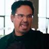 Michael Peña en el papel de Kai