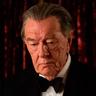 Michael Gambon en el papel de Bernard Delfont