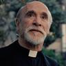 Tony Amendola en el papel de Padre Pérez