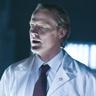 Iain Glen en el papel de Dr. Isaacs