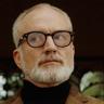 Bradley Whitford en el papel de William Griffin