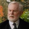 Derek Jacobi en el papel de Prof. Joseph Wright