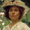 Sienna Miller en el papel de Nina Fawcett
