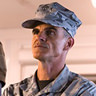 Michael Kelly en el papel de Coronel Eckhart
