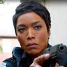 Angela Bassett en el papel de Athena Grant, sargento