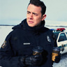 Colin Hanks en el papel de Officer Gus Grimly