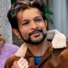 Utkarsh Ambudkar en el papel de Jay
