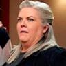 Paula Pell en el papel de Gloria