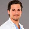 Giacomo Gianniotti en el papel de Dr. Andrew DeLuca