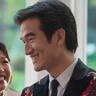 Tony Chung en el papel de Dennis Soong