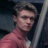 Harrison Osterfield en el papel de Leopold