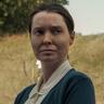 Samantha Sloyan en el papel de Bev Keane