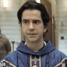 Hamish Linklater en el papel de Padre Paul Hill