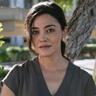 Yasmine Al-Bustami en el papel de Lucy Tara
