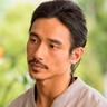 Manny Jacinto en el papel de Yao