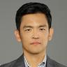 John Cho en el papel de Henry