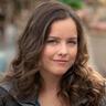 Allison Miller en el papel de Skye