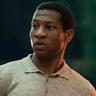 Jonathan Majors en el papel de Atticus Freeman