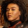 Nia Holloway en el papel de AJ Johnson