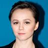 Emily Skeggs en el papel de Joven Roma Guy
